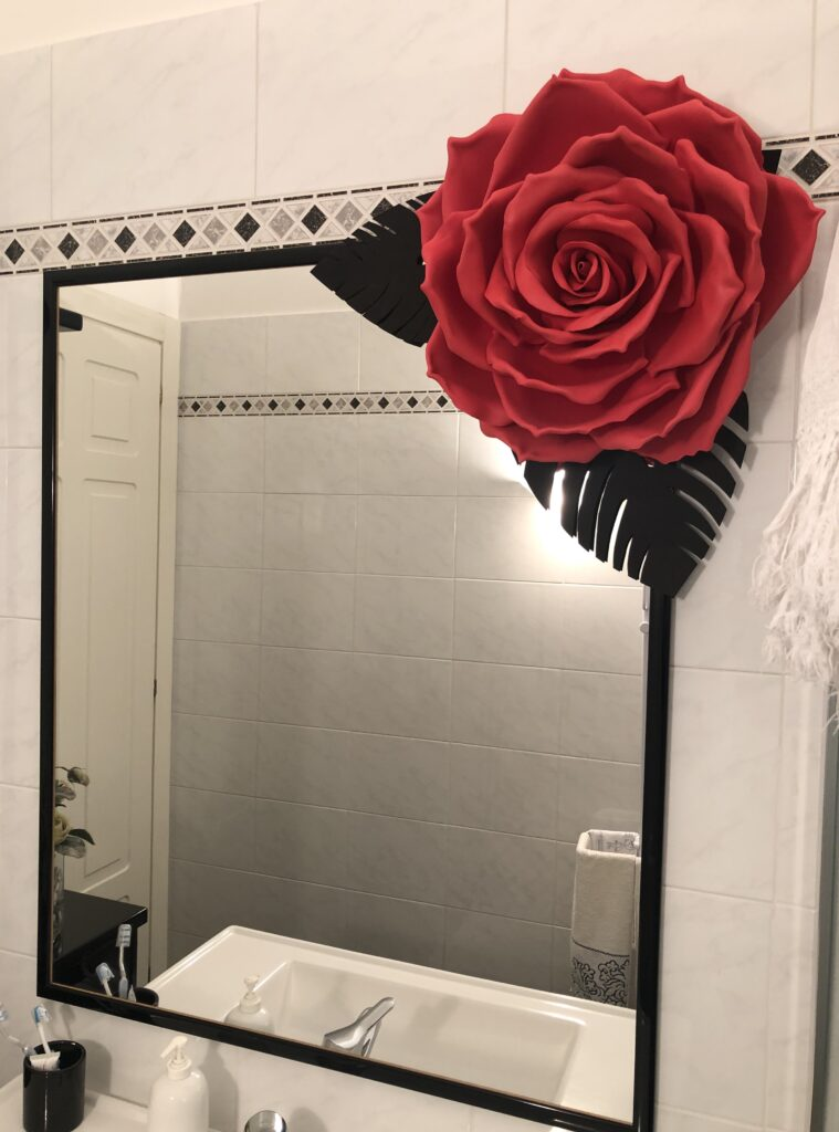 Rosa gigante rossa in bagno bianco e nero