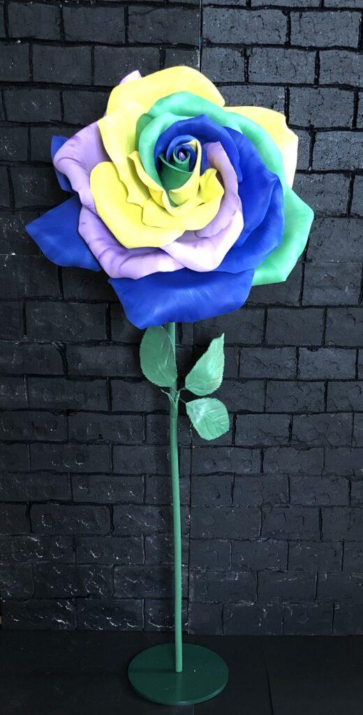 Rosa multicolor che dimostra come la gomma EVA sia fornita di un'ampia gamma cromatica